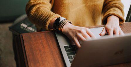 rédactrice web sur son ordinateur